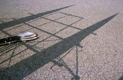 Затворы и тени шлюпки Rowing на земле Стоковые Фото