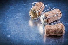 Затворы пробочки спирта с переплетенными проводами на металлической предпосылке Стоковое Фото