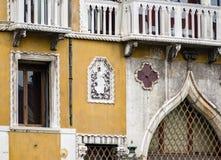 Затейливые искусство и скульптуры украшают исторические здания в Венеции, Италии стоковые изображения