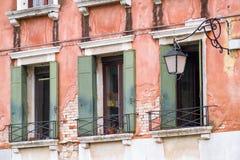 Затейливые искусство и скульптуры украшают исторические здания в Венеции, Италии стоковые фотографии rf