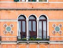 Затейливые искусство и скульптуры украшают исторические здания в Венеции, Италии стоковое фото