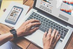 Затем на деревянном столе smartphone с диаграммами, диаграммами и диаграммами на экране Учить студента онлайн стоковые изображения