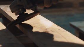 Затирание машины угловой машины на деревянной планке в мастерской акции видеоматериалы