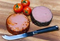 2 затира мяса, специального нож и томат. Натюрморт i Стоковое Изображение