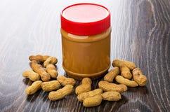 Затир арахиса в закрытом пластичном опарнике, зажаренных арахисах в раковине стоковые изображения rf