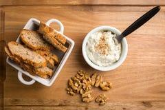 Затир грецких орехов сыра сверху Стоковая Фотография