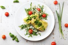 Затир яйца с chives, здоровыми сэндвичами завтрака завтрака стоковое изображение rf