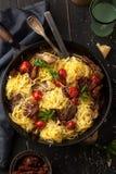 Затир Carbonara с томатами сыр пармесана и вишни в fr Стоковое фото RF