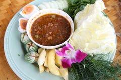Затир Chili и посоленные яичко и овощи Стоковое Изображение