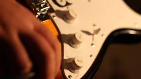 Заткните внутри электрическую гитару сток-видео