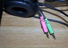 Заткните для того чтобы соединить наушники и микрофон компьютера стоковое фото rf