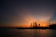 Затмленное небо, заход солнца на моле Стоковое Изображение RF