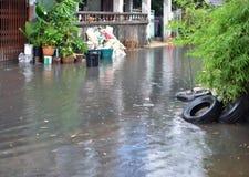 Затопите в городе с идти дождь, Таиланде Бангкока стоковое фото rf