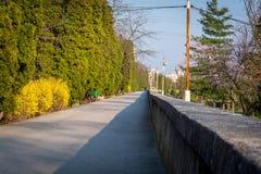 Затопите городок скрещивания загородки стены вдоль реки Стоковые Фотографии RF