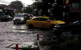 Затопленная дорога после шторма inflenced тайфуном Trami в Бангкоке, Таиланде стоковое фото