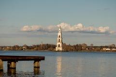 Затопленная колокольня собора St Nicholas в Kalyazin стоковые фото