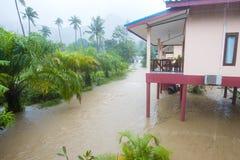 Затопленная улица с пальмами и домом, Koh Phangan острова, Таиландом Стоковое Изображение RF