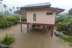 Затопленная улица с пальмами и дом в Koh Phangan острова, Таиланде Стоковые Изображения
