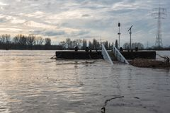 Затоплять в зиме на Рейне с мостом и flotsam Стоковые Изображения RF