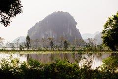 Затопленная азиатская страна против фона гор в t Стоковое Фото