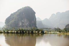 Затопленная азиатская страна против фона гор в t Стоковые Фотографии RF