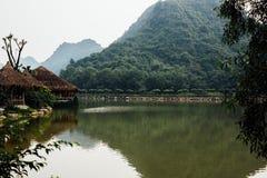 Затопленная азиатская страна против фона гор в t Стоковая Фотография RF
