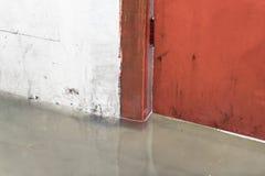 Затопленная дождевая вода что строб металла стены Стоковые Изображения