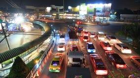 Затор движения в городе, промежуток времени на ноче видеоматериал