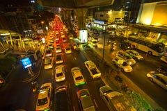 Затор движения в центре города на ноче Задача о движении транспортных средств Бангкока получая хуже Стоковые Фото