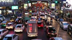 Затор движения в часе пик около станции Сиама BTS (центральной станции), в вечере видеоматериал