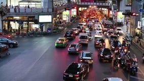 Затор движения в часе пик около станции Сиама BTS (центральной станции), в вечере акции видеоматериалы