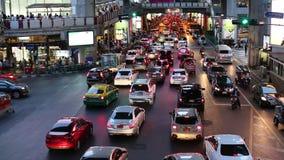 Затор движения в часе пик около станции Сиама BTS (центральной станции), в вечере сток-видео