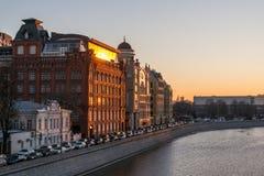 Затор движения обваловки Yakimanskaya на заходе солнца Стоковое Фото