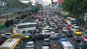 Затор движения: автомобили, мотоциклы и автобусы двигают очень медленно на бульвар города сток-видео