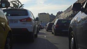 Затор движения, большое количество автомобилей медленно двигая дальше des Anglais прогулки, славное сток-видео