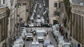 Затор движения в европейском городе, автомобилях двигая медленно в майны, транспортную систему сток-видео