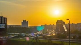 Затор движения на дорогах города и рассвете, промежутке времени видеоматериал