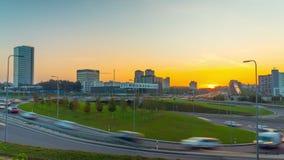 Затор движения на дорогах города и рассвете, промежутке времени акции видеоматериалы