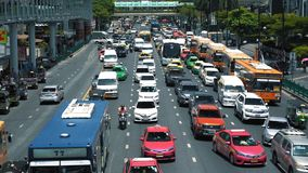 Затор движения на занятой городской дороге Автомобили и автобус заполнили городскую улицу на часе пик сток-видео
