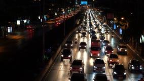 Затор движения на часе пик на улице в городе ночи сток-видео