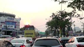 Затор движения со строками автомобилей в час пик после работы на дороге Бангкоке Таиланде Srinakarin сток-видео