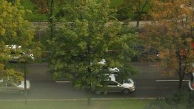 Затор движения, управлять автомобилей медленно вниз с улицы, загрязнения воздуха отработанными газами сток-видео