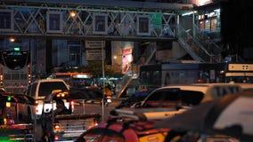 Затор на бульваре на часе пик вечером Затор движения на дороге города,  акции видеоматериалы