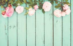 Затрапезная шикарная винтажная предпосылка с розами Стоковая Фотография