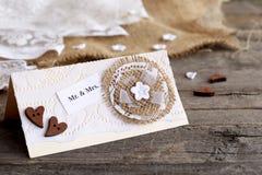 Затрапезное шикарное приглашение свадьбы на старом деревянном столе Винтажная карточка свадьбы вы можете создать Стоковое фото RF