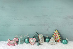 Затрапезное шикарное украшение рождества в бирюзе на деревянном backgrou Стоковое Фото
