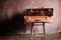 Затрапезным штабелированное годом сбора винограда старое перемещение чемоданов стоковые изображения rf