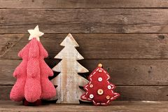 3 затрапезных шикарных рождественской елки против древесины Стоковые Фото
