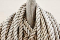 Затягиванная деталь веревочки на его предпосылка рангоута морская Стоковые Фото