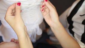 затягиванный корсет невесты